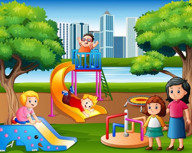 Crianças, tendo divertimento, com, família, em, a, pátio recreio
