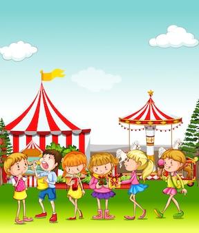 Crianças, tendo divertimento, em, a, parque divertimento