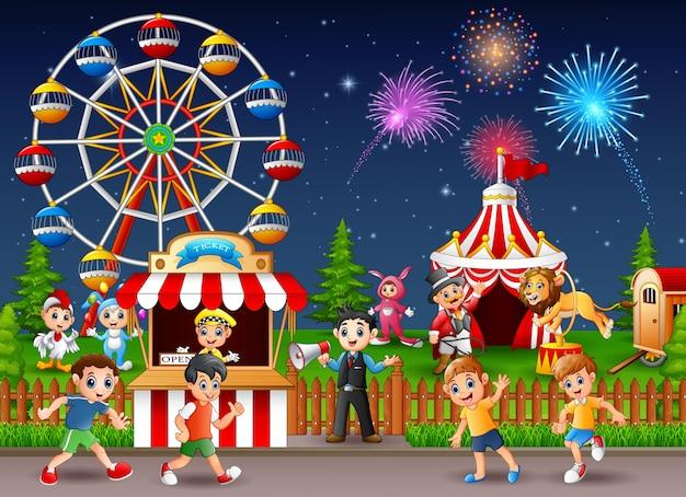 Crianças, tendo divertimento, em, parque divertimento