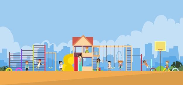 Crianças, tocando, em, a, pátio recreio, ao ar livre