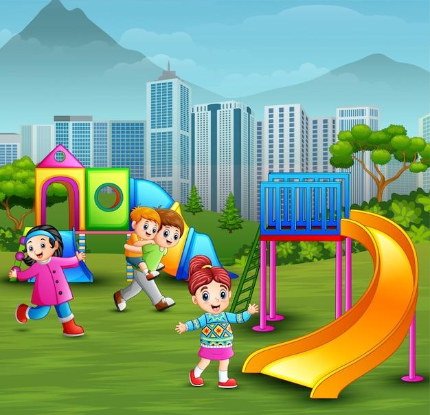 Crianças, tocando, em, a, pátio recreio