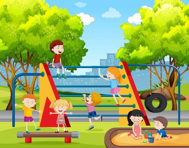 Crianças, tocando, em, pátio recreio