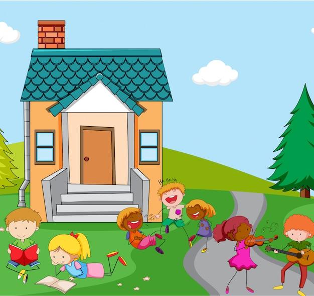 Crianças, tocando, infront, de, casa
