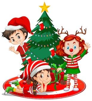 Crianças vestem personagem de desenho animado com fantasia de natal e árvore de natal no fundo branco