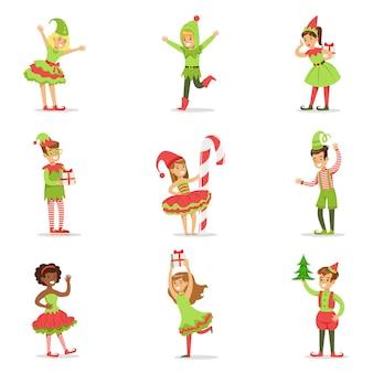 Crianças vestidas como duendes de natal do papai noel para a festa de carnaval de férias de fantasia