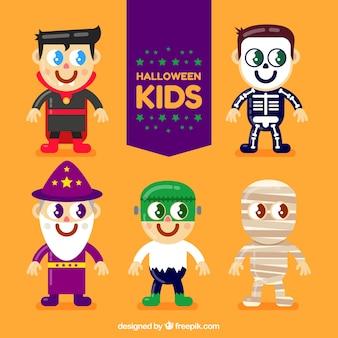 Crianças vestindo trajes de halloween