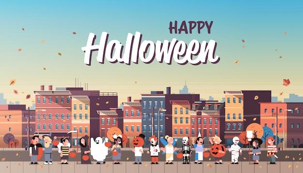 Crianças vestindo trajes monstros andando banner de férias da cidade