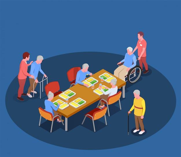 Cuidados a idosos na ilustração isométrica do lar de idosos com residentes reunidos na sala de jantar com a ajuda de seus cuidadores