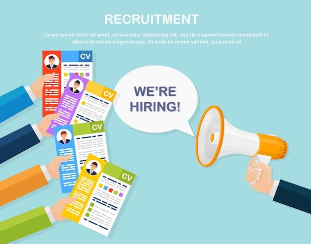 Currículo de negócios em mãos e megafone. entrevista de emprego, recrutamento, pesquisa de empregador, contratação