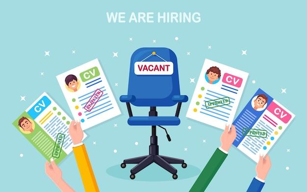 Currículo do currículo comercial em mãos acima da cadeira do escritório. entrevista de emprego, recrutamento, pesquisa de empregador, contratação