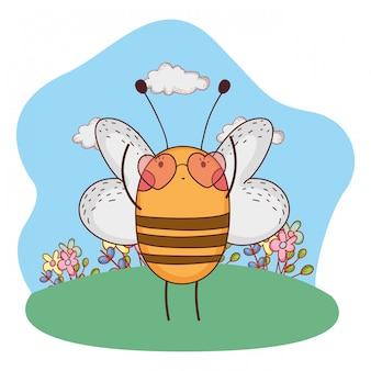 Cute abelhinha com óculos de sol de coração no acampamento