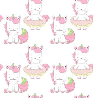 Cute little unicorns cartoon padrão desenhado de mão