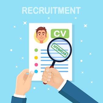 Cv currículo de negócios e lupa na mão d no fundo. entrevista de emprego, recrutamento, empregador de pesquisa, conceito de contratação. conceito de rh de recursos humanos.