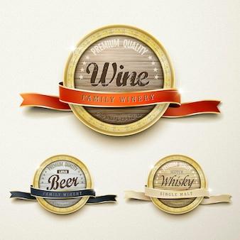 De perto, veja a coleção de rótulos dourados de vinhos de qualidade premium sobre bege