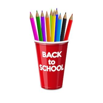 De volta à escola. copo de plástico vermelho para uso individual com lápis de cor.