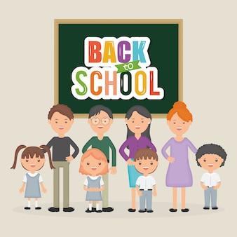 De volta à escola. grupo de jovens professores com os alunos na lousa