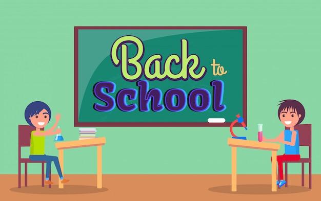De volta à escola inscrição escrita no quadro-negro