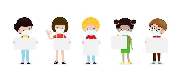 De volta às aulas com crianças fofas e diversas nacionalidades usando máscara e segurando uma placa