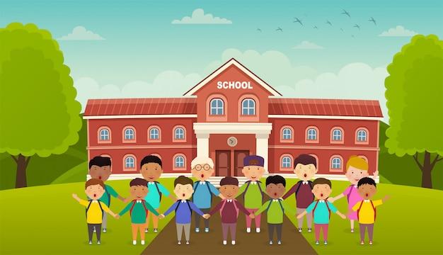De volta às aulas, crianças bonitas da escola ficam na frente da escola. quintal na frente da escola, beco com bancos.