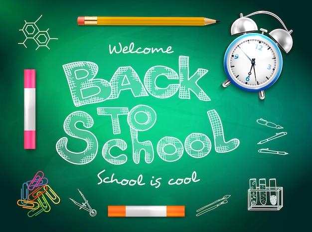 De volta às aulas, lápis de cor, lápis, clipes de papel, despertador no quadro de giz verde