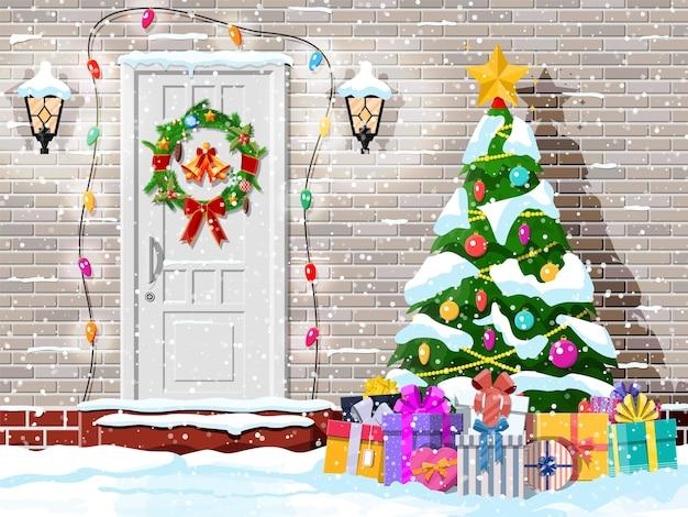 Decoração de porta de natal com árvore e presentes
