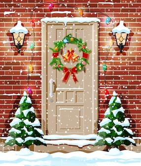 Decoração de porta de natal com árvores e neve