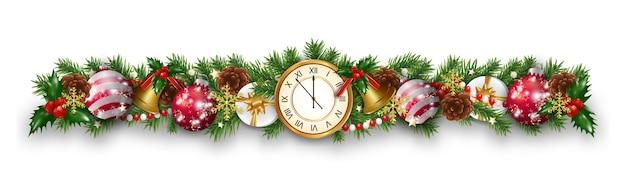 Decorações de guirlanda de fronteira de natal e ano novo com galhos de pinheiro, relógio, enfeites, bolas, sinos dourados, bagas de azevinho e caixa de presente.