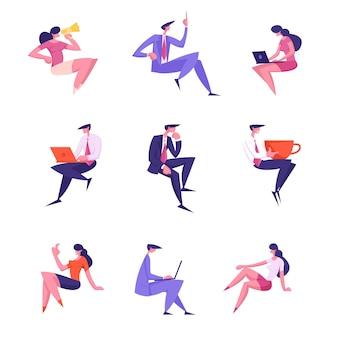 Definir personagens masculinos e femininos de executivos em trajes formais trabalhando em laptops