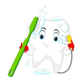Dente está lavando-se com uma escova de dentes