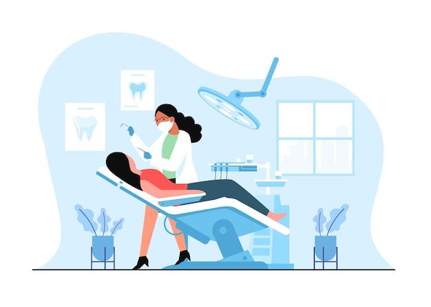 Dentista feminina fazendo tratamento odontológico para clientes em uma clínica médica.