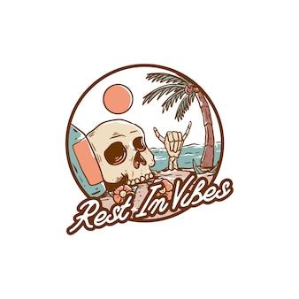 Descanse nas vibrações ilustração do crânio design da camiseta da praia