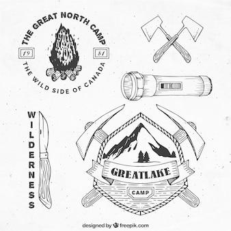 Desenhadas mão emblemas de aventura e elementos
