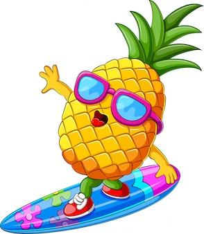 Desenho animado de abacaxi engraçado surfando