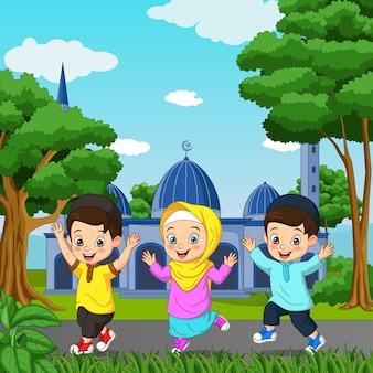 Desenho animado de criança muçulmana feliz em frente ao fundo da mesquita