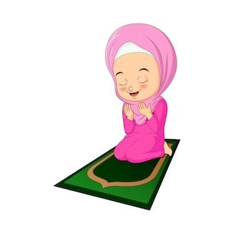 Desenho animado de menina muçulmana rezando no tapete
