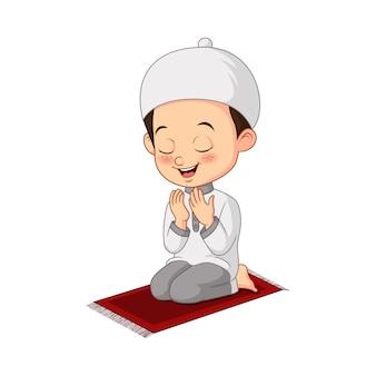 Desenho animado de menino muçulmano rezando