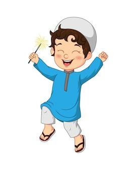 Desenho animado feliz menino muçulmano jogando fogo de artifício