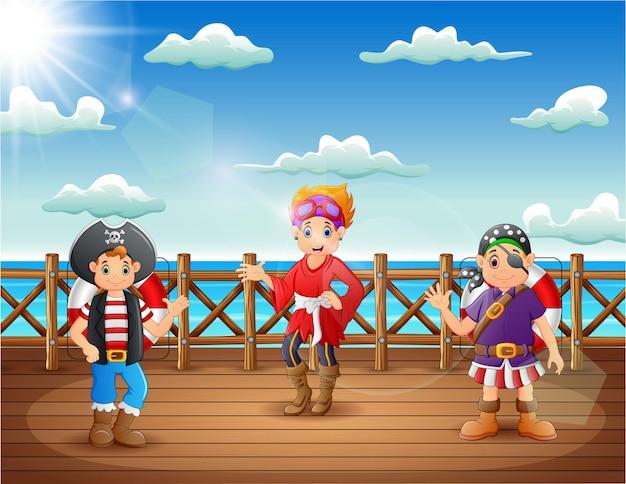 Desenho animado pirata homem e mulher no convés de um navio