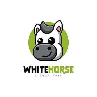 Desenho da mascote do logotipo bonito dos desenhos animados do cavalo branco kawaii