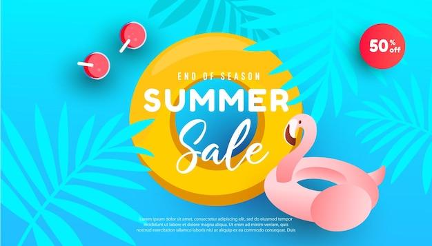 Desenho de banner de venda de verão com oceano, folhas tropicais e círculo inflável flamingo rosa