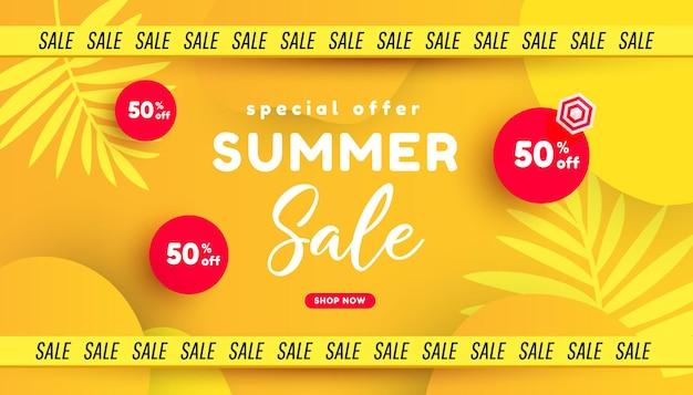 Desenho de banner de venda de verão moderno com acessórios de praia, palmeira tropical