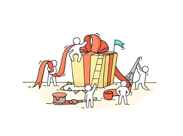Desenho de caixa de presente com pessoas pequenas que trabalham. rabisque a miniatura do pacote e prepare-se para as férias.