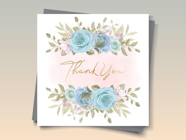 Desenho de cartão de casamento desenhado à mão com ornamentos florais azuis