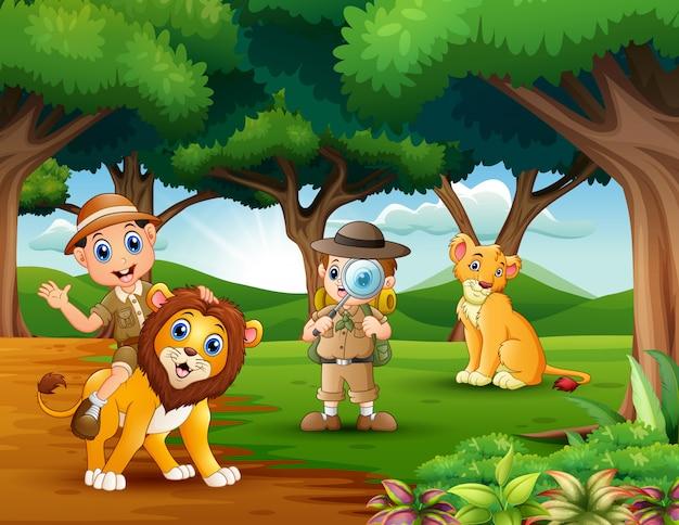 Desenho de dois menino explorador com animais na selva