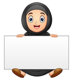 Desenho de garota muçulmana feliz segurando cartaz em branco