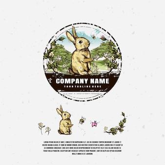 Desenho de ilustração de logotipo de coelho no jardim