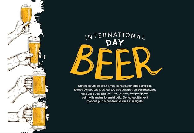 Desenho de ilustração do dia internacional da cerveja com a mão segurando um copo e uma caneca de cerveja