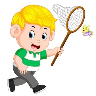 Desenho de menino bonitinho correndo para pegar a borboleta