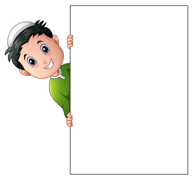 Desenho de menino muçulmano feliz segurando cartaz em branco
