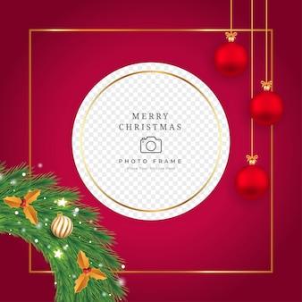 Desenho de moldura de foto de natal com bolas decorativas de cor vermelha e dourada. design de moldura de foto de natal com folhas douradas e grinaldas de cor verde. projeto de fundo vermelho de natal com outros enfeites.